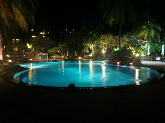 Diamond Cliff Resort and Spa: Pool by the main restaurant at night