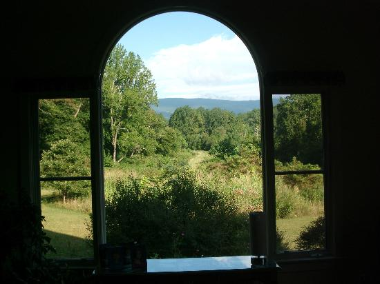 The Inn at Sugar Hollow Farm: Looking out the window in the main building