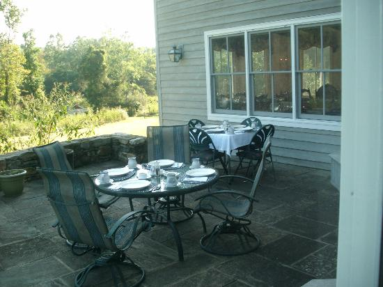 The Inn at Sugar Hollow Farm: Breakfast on the terrace