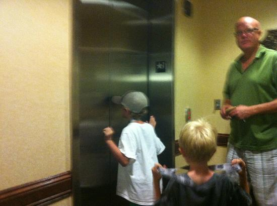 Country Inn & Suites by Radisson, St. Cloud East, MN: The Elevator