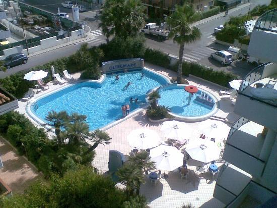 Residence Oltremare : vista interno hotel (piscina) dal balcone