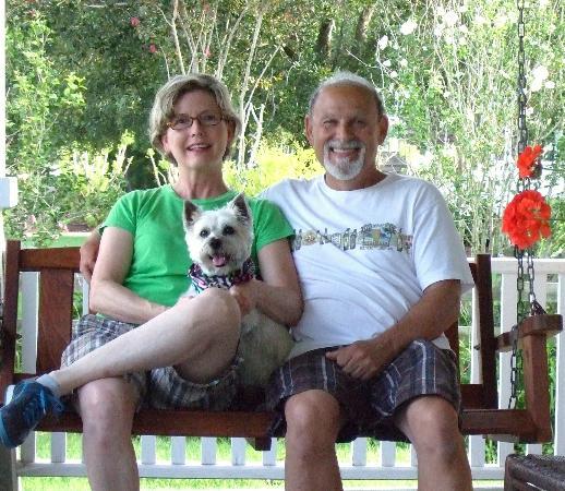 Roanoke Island Inn: The front porch swing