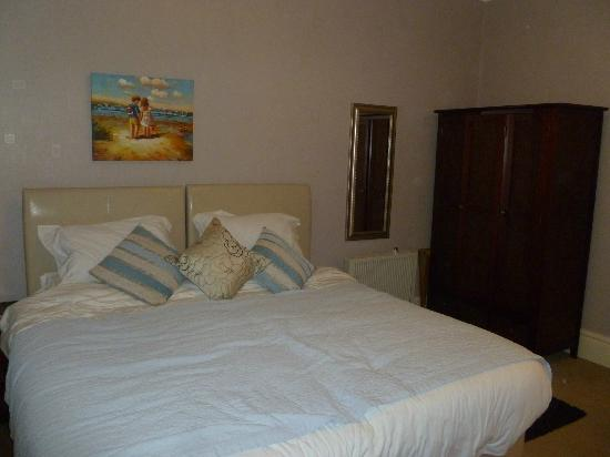 Seafield Guest House: Comfy bed and spacious wardrobe