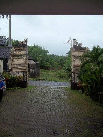Jimbaran Cliffs Private Hotel & Spa: The main entrance gate