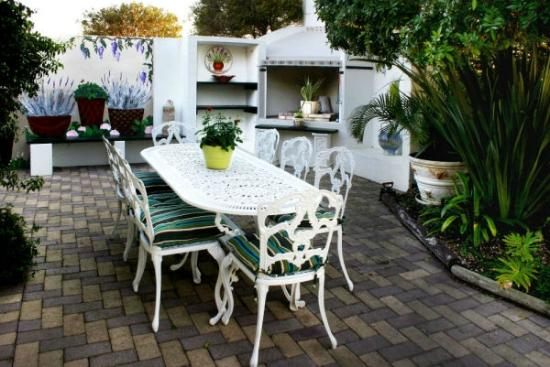 Milkwood Country Cottage : Braai / BBQ area