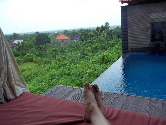 Jimbaran Cliffs Private Hotel & Spa: view from the pool + gazebo