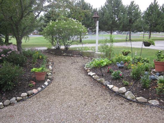 SunnySide Tower Bed & Breakfast Inn: Gardens and grounds