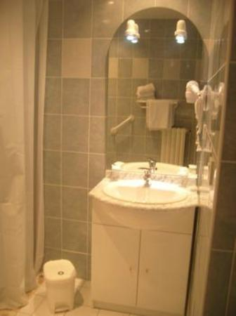 Hotel Ocean: Salle de bain avec miroir et douche