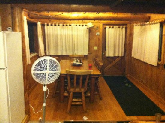 Josselyn's Getaway Log Cabins: Diningroom