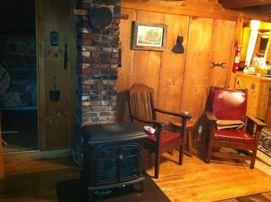 Josselyn's Getaway Log Cabins: The fireplace in livingroom