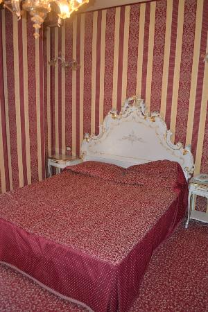 Hotel Belle Arti: Lit (décoration vénitienne)