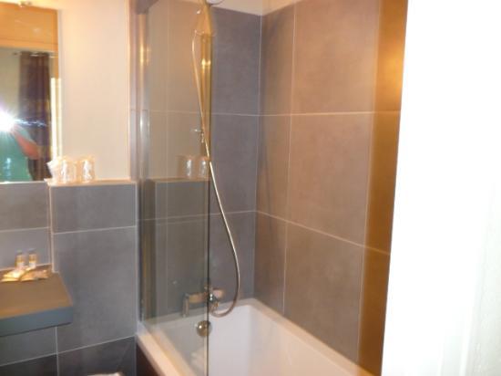 Hotel Domaine Du Griffier : la douche avec baignoire