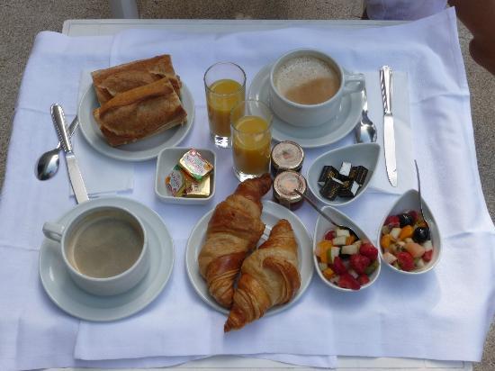 Hotel Domaine Du Griffier : le plateau petit dej' servi enchambre