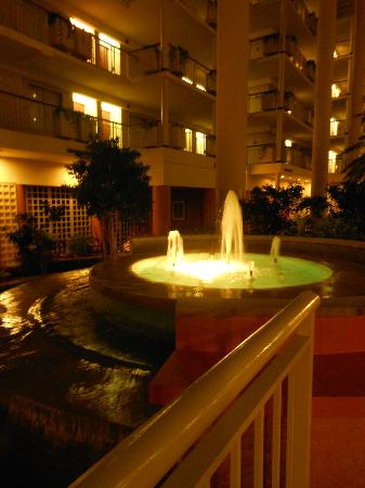 Embassy Suites by Hilton Parsippany: Lobby at night