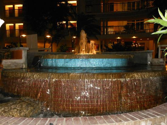 Embassy Suites by Hilton Parsippany: Fountain in the lobby