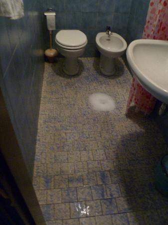 Primavera Hotel: Como queda el suelo de la ducha despues de ser usado