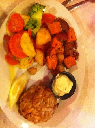 Fenwick Crabhouse : Crab cake dinner with vegetables and potatoes
