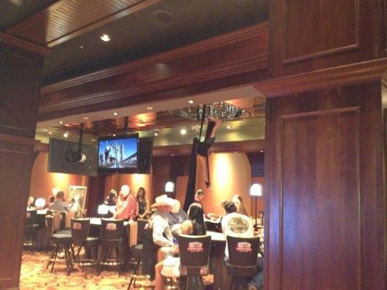 Cadillac Jacks Gaming Resort: aerial artist in casino