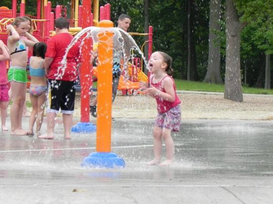 Glen Miller Park : kids having fun at the splash pad