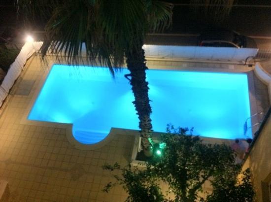Lion's Hotel : la piscina vista dal terzo piano