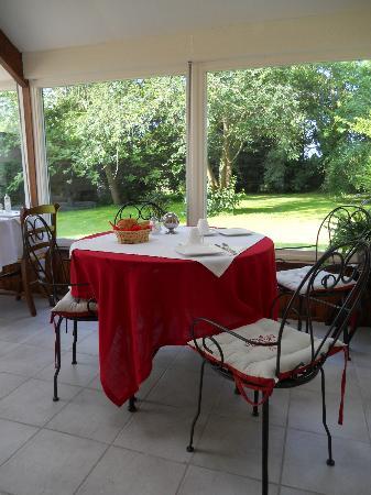 Le Manoir de Juganville : Salle de petit-déjeuner (dans une veranda donnant sur la jardin)