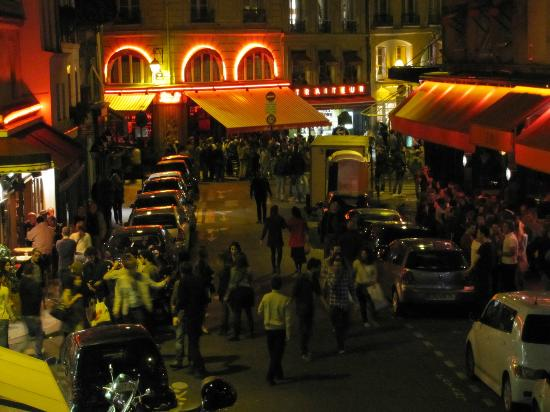 Artus Hotel: View from our room toward Rue du Seine at 1:30 am--very lively neighborhood!