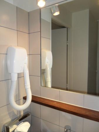 Hôtel de Sèvres : Banheiro pequeno, mas funcional