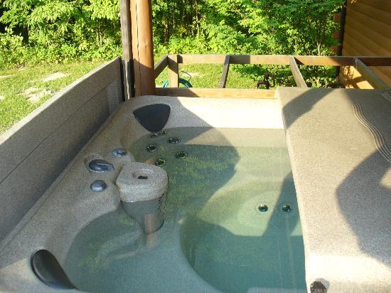 Cedar Grove Lodging: Hot tub