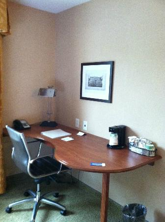 Hampton Inn & Suites Poughkeepsie: Desk in Standard Double Queen Room