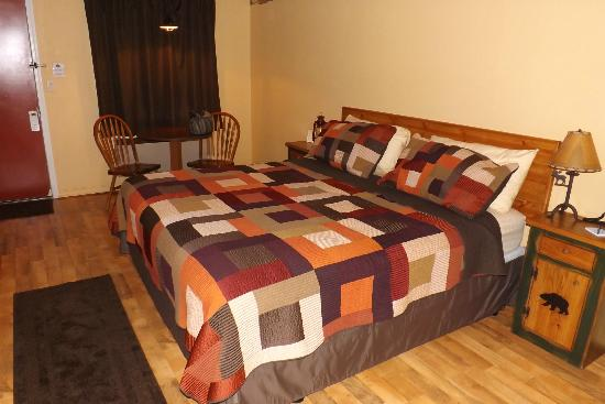 Lookout Lodge: the king size bed