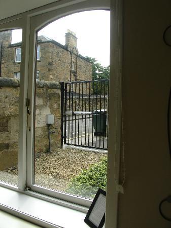 Martin's Guest House: Vistas del parking desde el Cottage