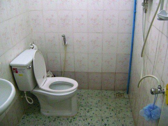 Makara Guesthouse: the bathroom