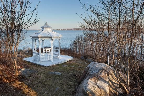 Yankee Clipper Inn: Gazebo on grounds