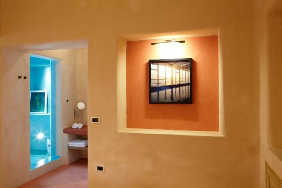 Voreina Gallery Suites : Shower room