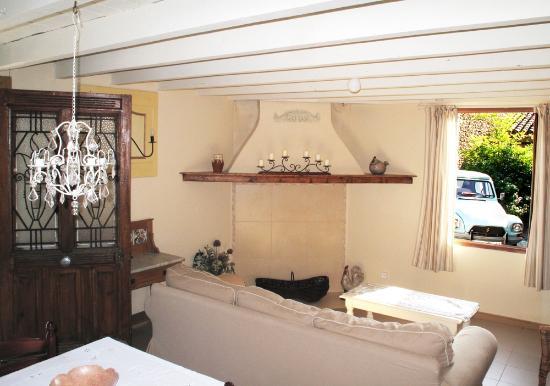 Chez Dyna: cottage interior