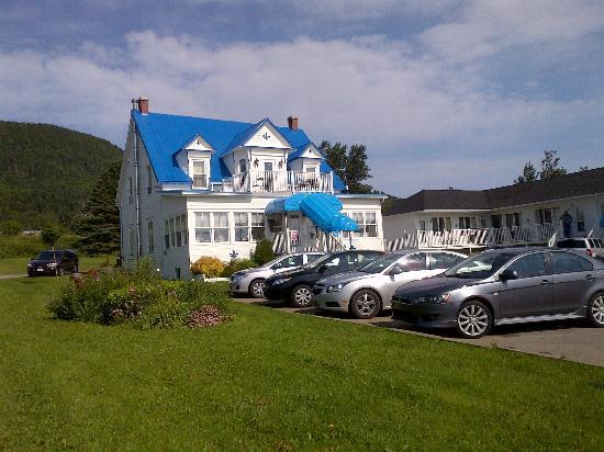 Hotel Motel Fleur de Lys: Hotel Office across from Rooms