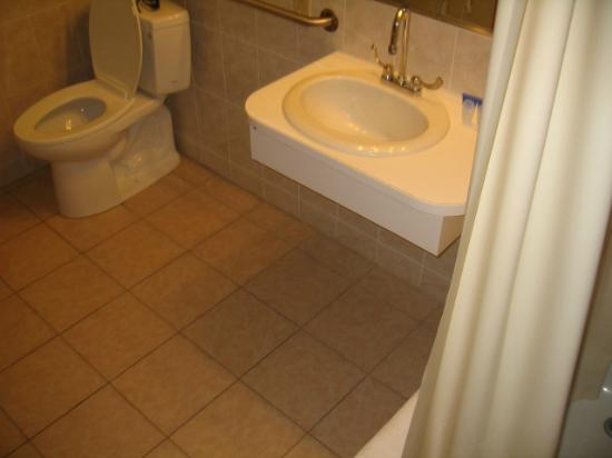 Americas Best Value Inn & Suites / Hyannis: Bathroom
