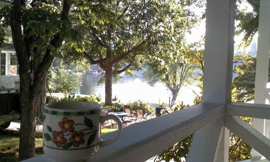 Mountain Lake Cottages: Morning coffee view