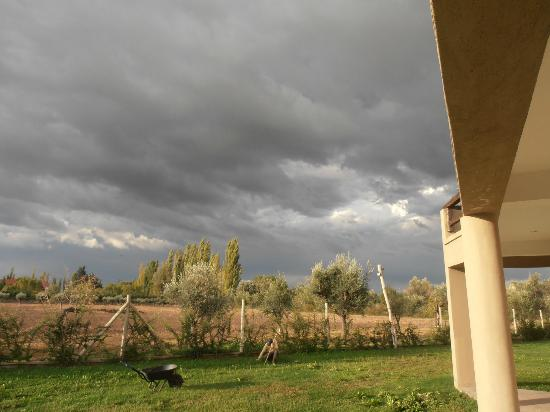 Villa Mansa Wine Hotel & Spa: Quick storm rolling in. View out patio of room
