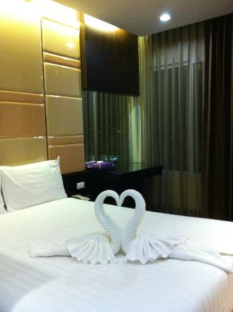 The Sunreno Serviced Apartment: swans towel on bed which greeted us :-)