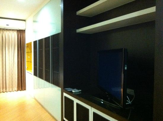 The Sunreno Serviced Apartment: big tv with 30channels and lotsa storage spaces for clothings