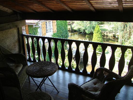 Le Moulin du Roc : La terrasse de la chambre Eglantine