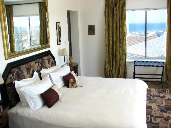 Bloubergstrand Sunset Lodge: Most rooms have stunning sea views.
