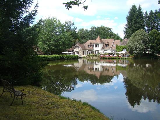 Au Moulin de la Gorce : Le restaurant au bord de l'étang