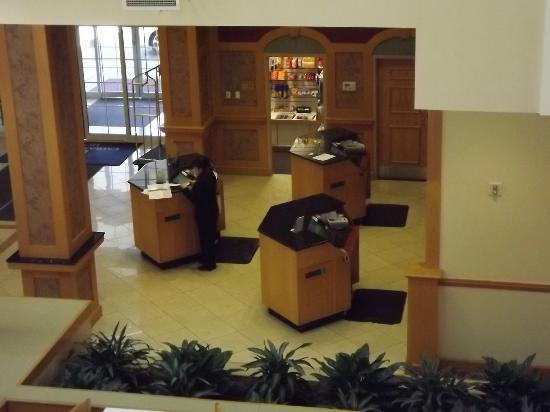 Embassy Suites by Hilton Columbus Dublin: Front Desk