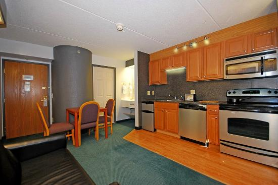 Days Inn Pittsburgh Airport: Full Kitchennet Suite
