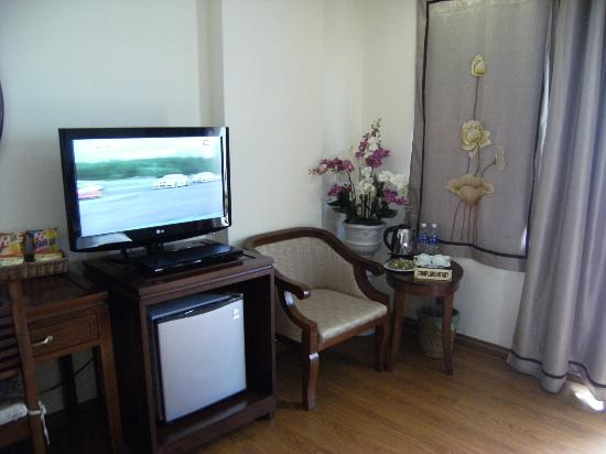 Hanoi Charming 2 Hotel: Room facilities included tv, fridge and computer