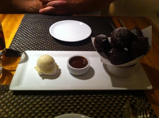 Wolfgang Puck Bar & Grill: Chocolate filled chocolate beignets
