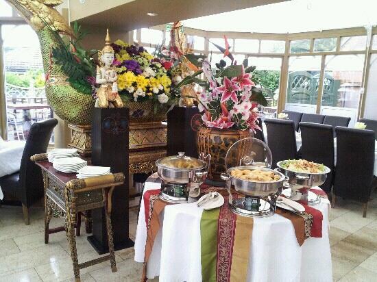 Royal Siam Restaurant and Bar: Tastefully decorated!!