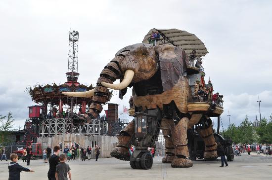 Der mechanische Elefant vor dem neuen Giga-Karussell in Nantes
